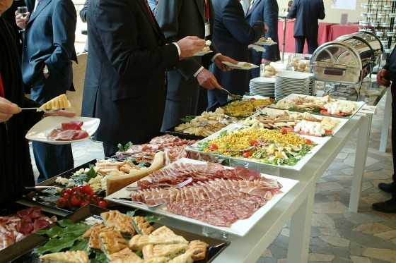 How To Guarantee Everyone Loves The Food At Your Wedding